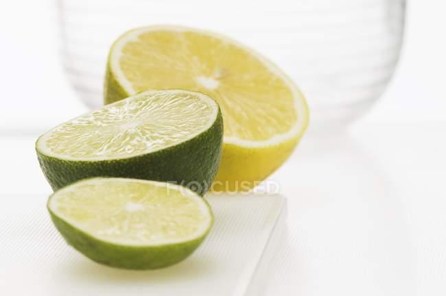 Половини лимона і половини лайма — стокове фото
