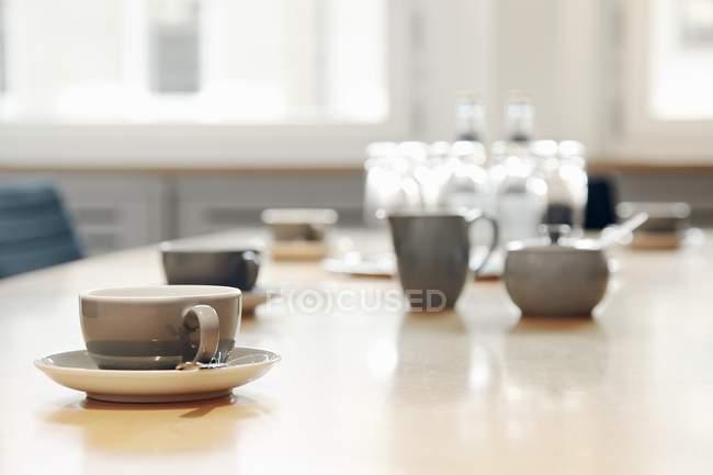 Couchtisch mit Tassen — Stockfoto