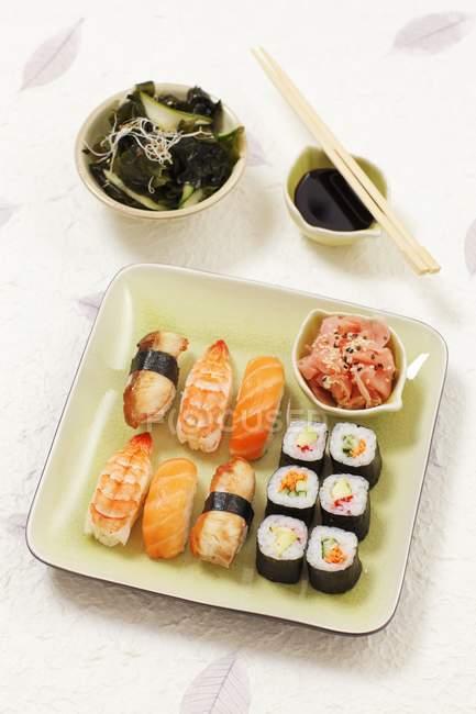 Nigiri sushi et maki sushi — Photo de stock