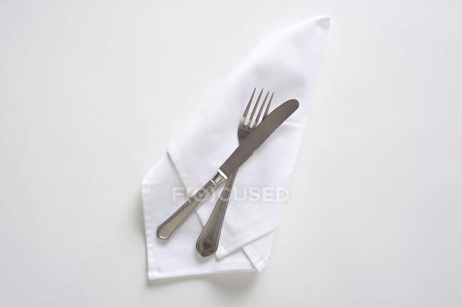 Draufsicht auf eine weiße Serviette Besteck — Stockfoto