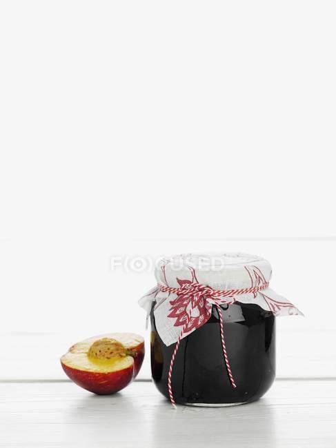 Tarro de mermelada de melocotón - foto de stock