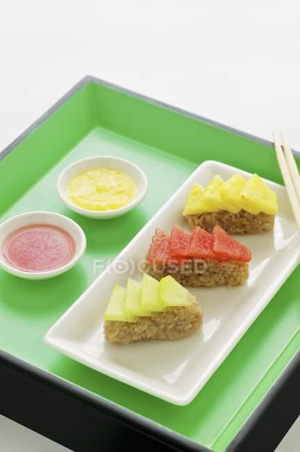 Sashimis aux fruits avec riz au jasmin — Photo de stock