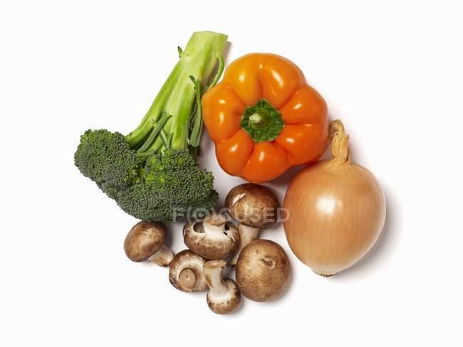 Свежие овощи; Белый фон — стоковое фото
