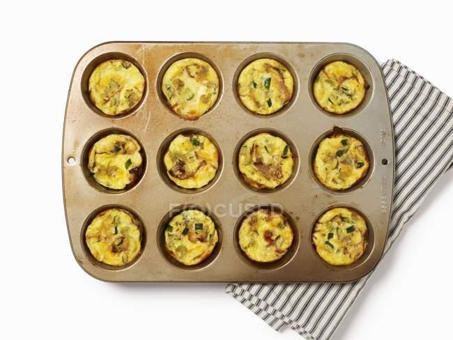 Muffins de albaricoque en las formas de cocción - foto de stock