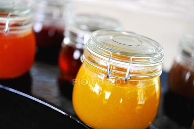 Marmellata di frutta in vasetti di marmellata — Foto stock