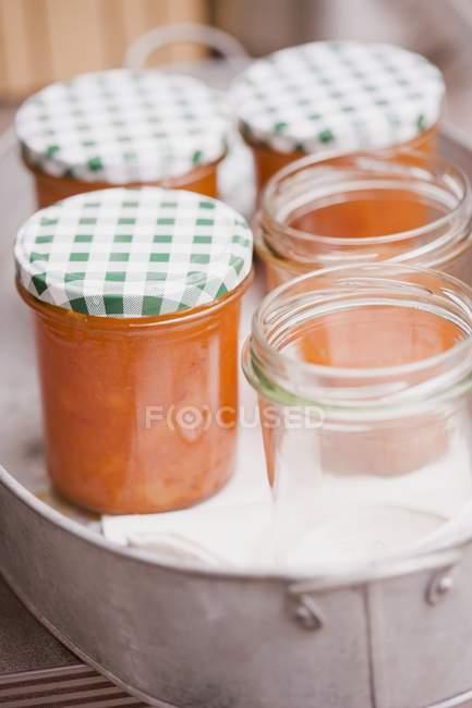 Marmellata di albicocche in vasetti — Foto stock