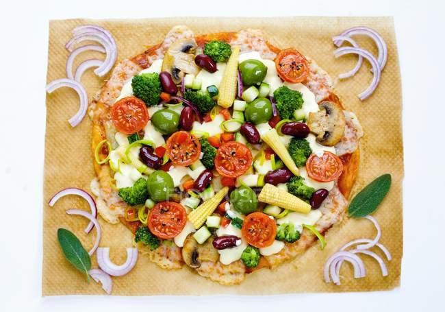 Pizza con mazorcas de maíz - foto de stock