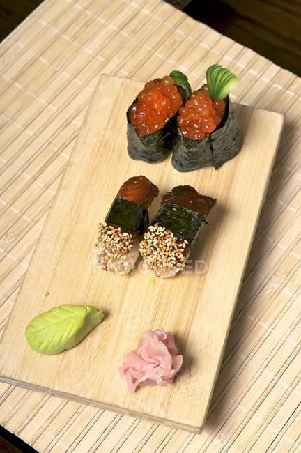 Sushi mit Makrele und Lachskaviar — Stockfoto