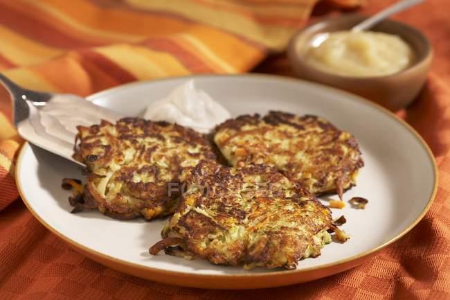 Свіже картопляні млинці — стокове фото