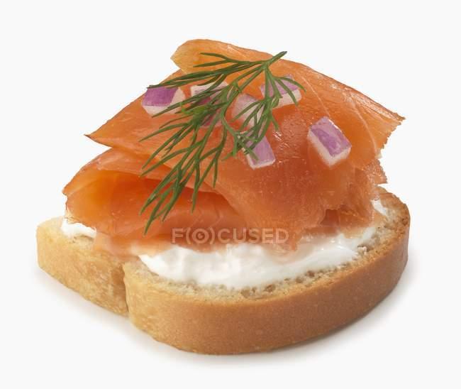 Скибочку хліба з сиром і копченим лососем — стокове фото