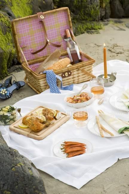 Erhöhten Blick auf Picknick am Strand mit brennenden Kerzen und Wein — Stockfoto