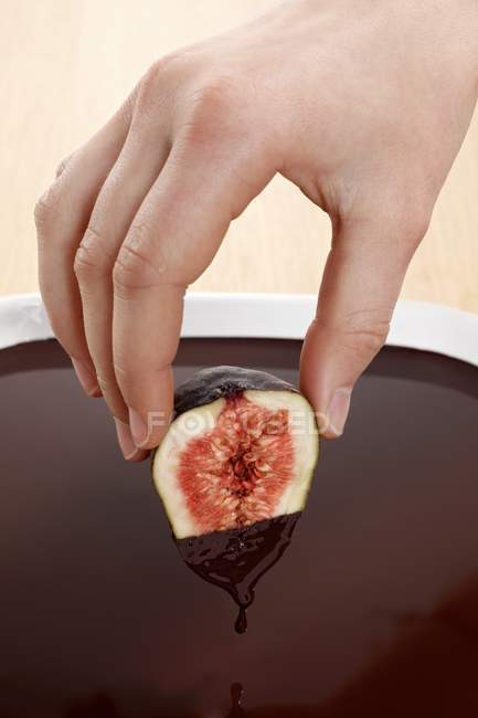 Рука змоченою рис в шоколаді — стокове фото
