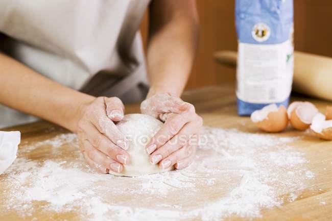 Жінка готує тісто з борошном поверхню — стокове фото