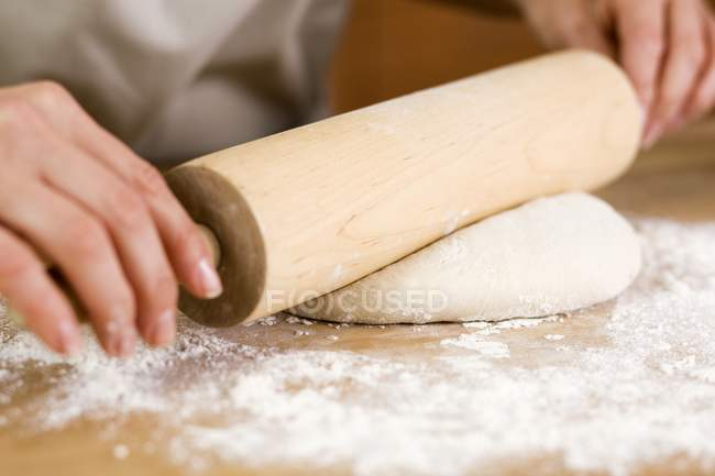 Жінка прокатки тісто — стокове фото