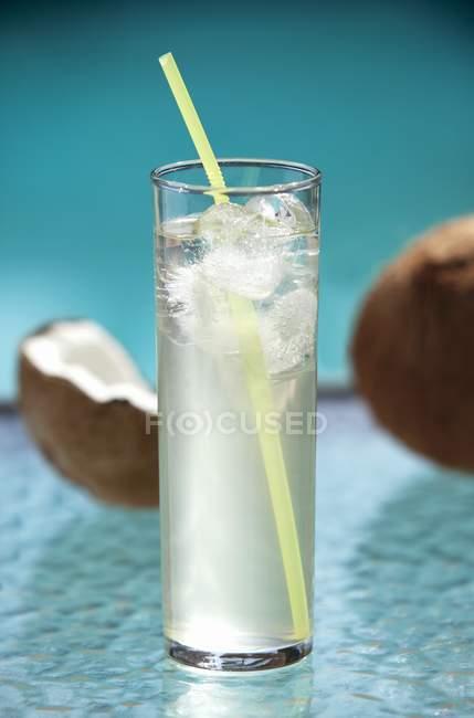 Vaso de agua de coco - foto de stock