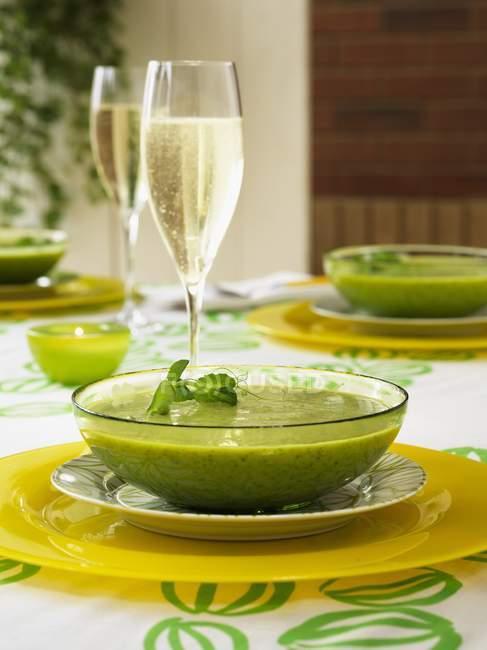 Крем из горохового супа с бокалом шампанского — стоковое фото