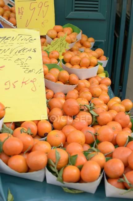 Mandarinas frescas en el mercado de la calle - foto de stock