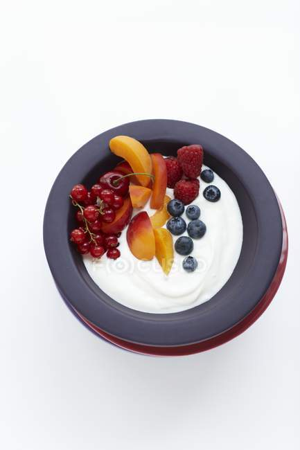 Крупним планом вид зверху органічний йогурт зі свіжими фруктами — стокове фото