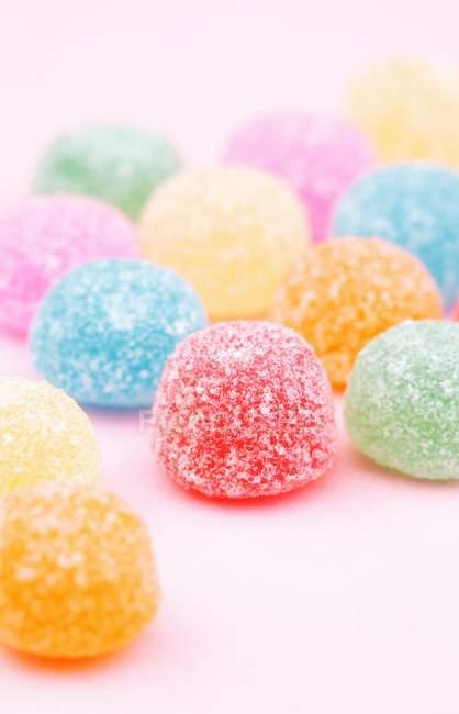 Primo piano vista di gomme da masticare in zucchero sulla superficie rosa — Foto stock