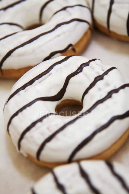 Helado donuts con rayas chocolate - foto de stock