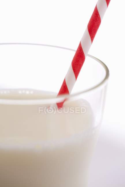 Verre de lait avec une paille — Photo de stock