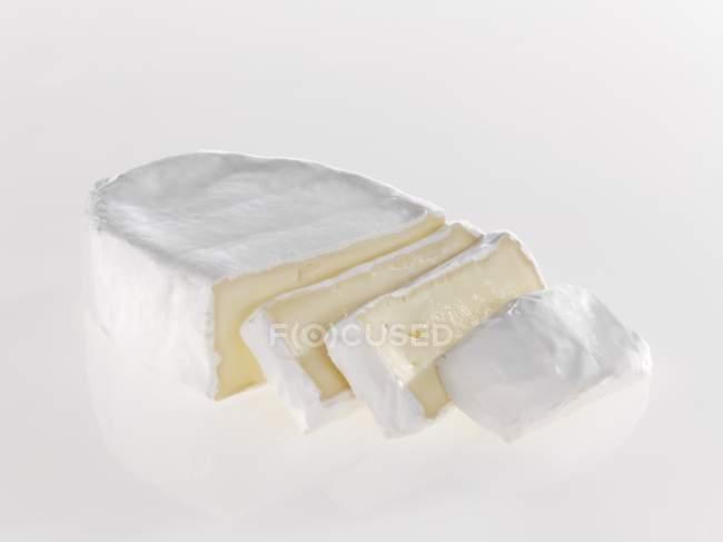 Нарезанный сыр мягкий — стоковое фото