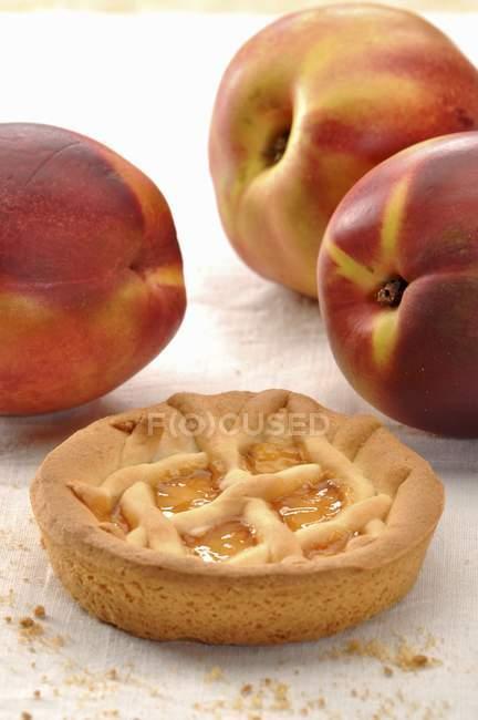 Pequeña tarta de melocotón - foto de stock