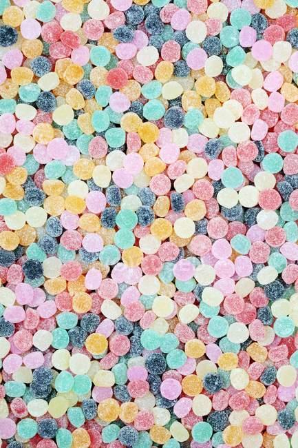 Вид на ярко окрашенные жевательные конфеты — стоковое фото