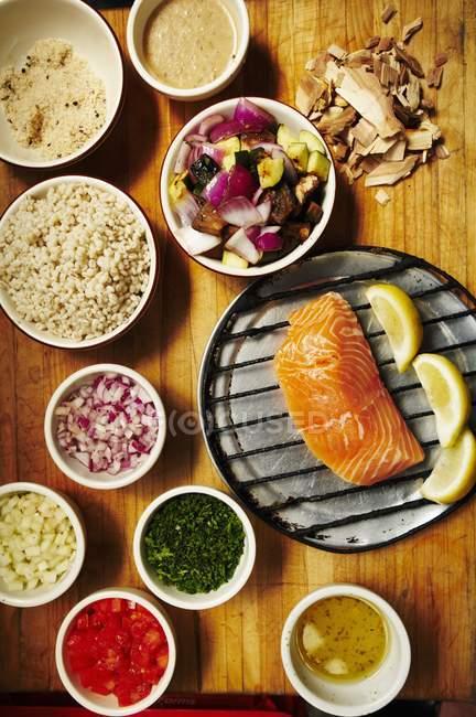 Копченый лосось с сторонами — стоковое фото