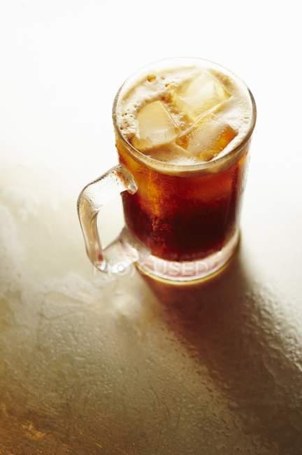 Cerveza de raíz con hielo - foto de stock