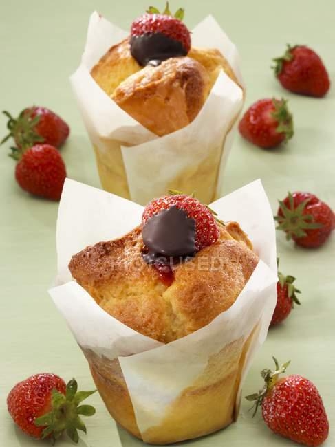 Muffin con le fragole nel cioccolato — Foto stock