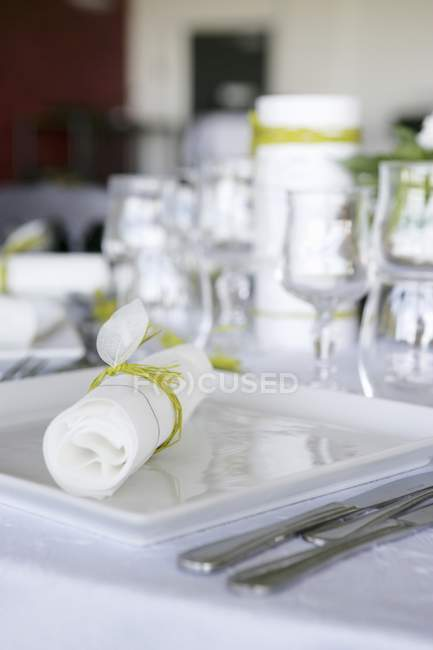 Laid table with crockery, cutlery, glasses and tied napkin — Stock Photo