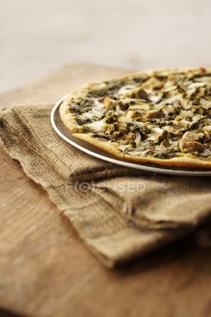 Pizza sottile crosta condita con pollo — Foto stock