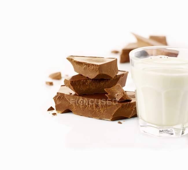 Milk and pieces of chocolate — Stock Photo