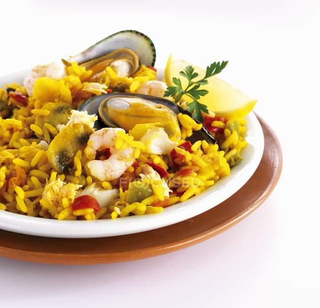 Блюдо паэлью рис с мидиями — стоковое фото