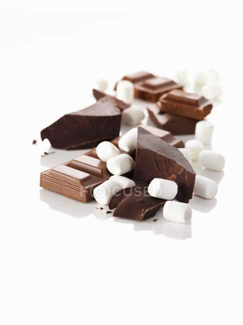 Guimauves et morceaux de chocolat — Photo de stock