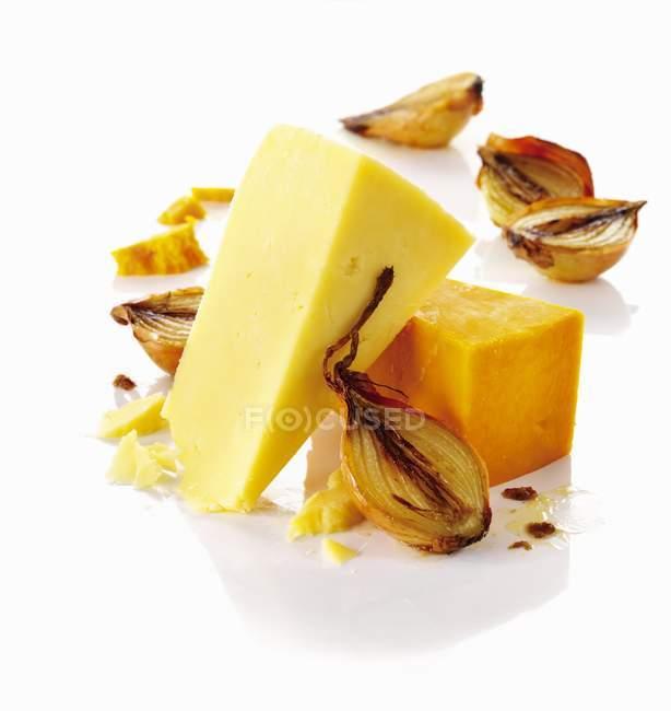 Твердый сыр и лук — стоковое фото