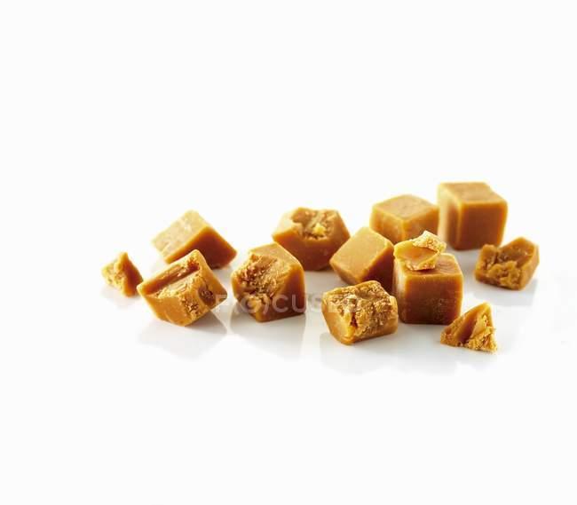 Closeup vista pedaços de Fudge na superfície branca — Fotografia de Stock