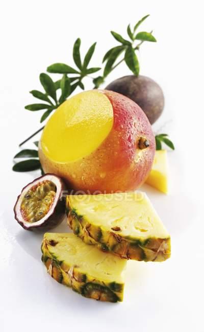 Ananas con mango e frutto della passione — Foto stock