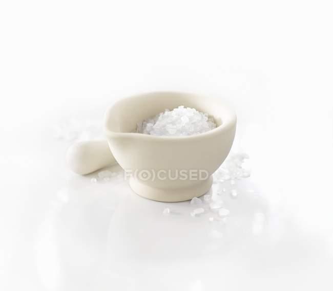 Кошерної сіллю в ступці — стокове фото