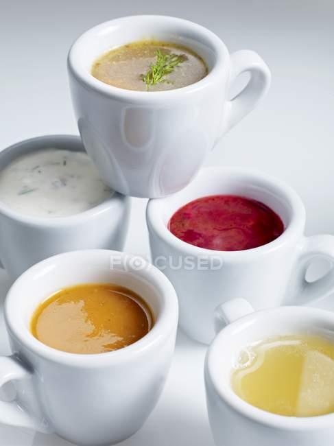 Closeup vista várias sopas em copos brancos — Fotografia de Stock