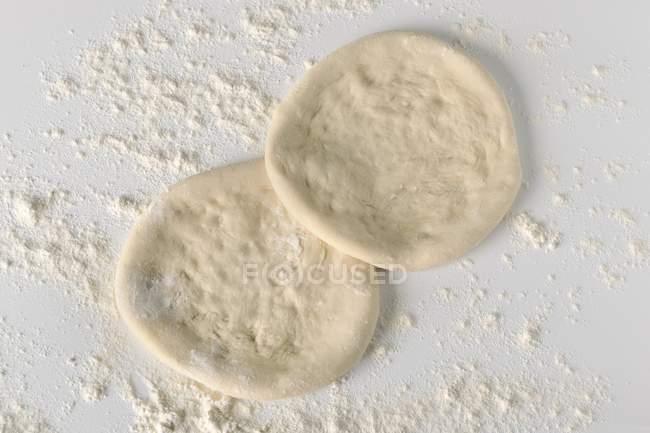 Pasta per pizza con farina — Foto stock
