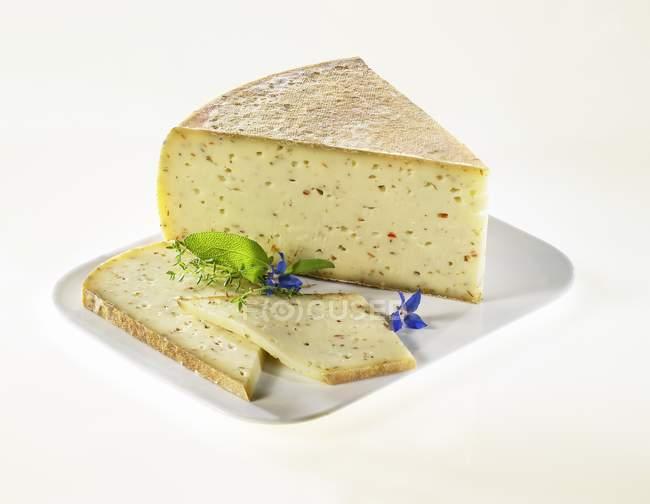 Итальянский сыр на блюде — стоковое фото