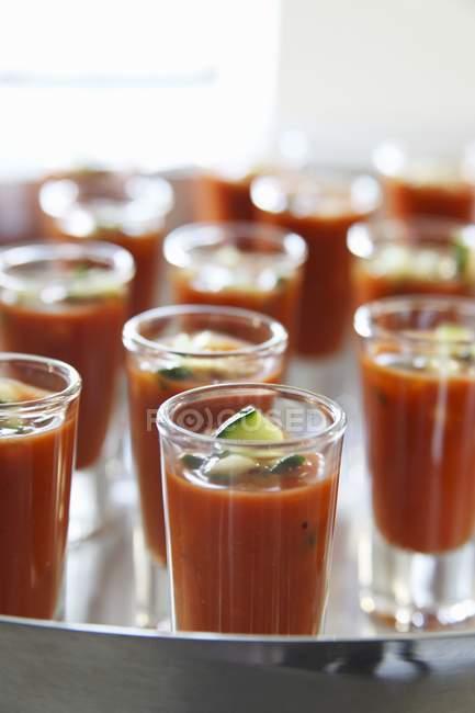 Gazpacho en vasos de chupito - foto de stock