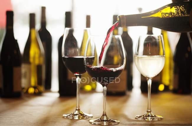 Rotwein ins Glas gießen — Stockfoto