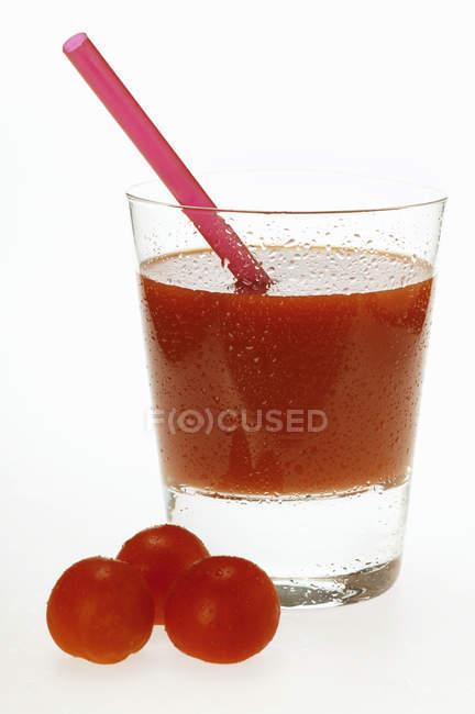 Succo di pomodoro in vetro con paglia — Foto stock