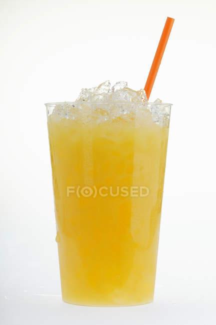 Jugo de naranja con hielo picado - foto de stock