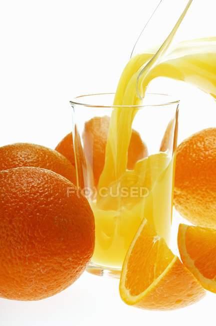 Versare il succo d'arancia — Foto stock