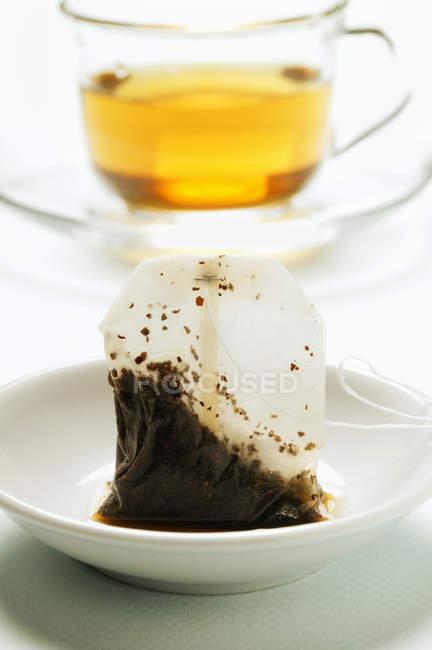 Used tea bag in teacup — Stock Photo
