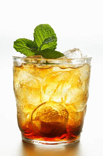 Tè freddo con menta fresca in vetro — Foto stock